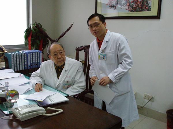 郑东海医师与恩师吴孟超院士在一起